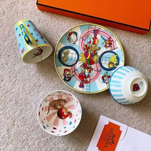 Фарфоровый подарочный набор посуды