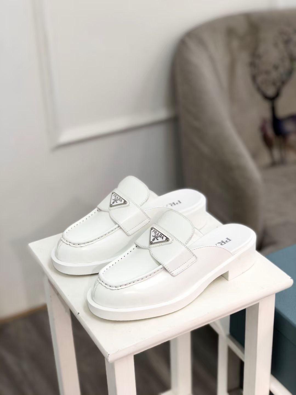 Prada Туфли женские на каблуке Early Spring Triangle, белые