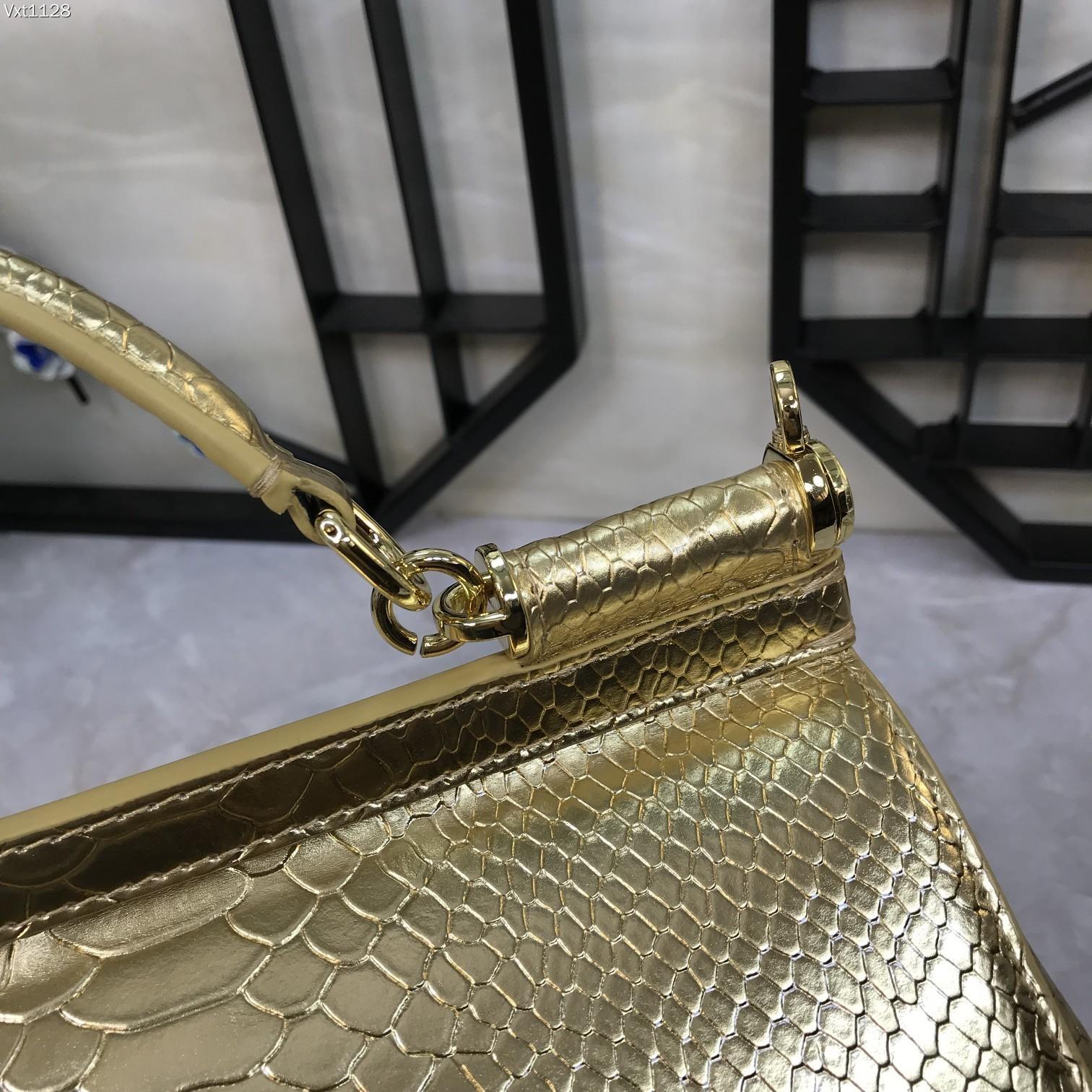 Dolce & Gabbana Сумка из натуральной кожи в золотом цвете